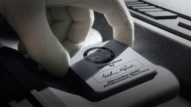 """Charakteristisches Merkmal der """"one man, one engine""""-Fertigung ist die AMG Motorplakette mit Unterschrift des verantwortlichen Mechanikers."""
