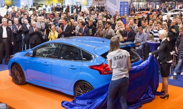 Ford enthüllte auf der Essen Motor Show 2015 den neuen Focus RS. Ab 2016 wird er in Deutschland ausgeliefert. Im Gegensatz zum Vorgänger verfügt das sportliche Serienfahrzeug über Allradantrieb und einen 2,3-Liter-Vierzylinder-Motor. Noch bis zum 6. Dezember 2015 zeigen über 500 Aussteller in der Messe Essen sportliche Serienfahrzeuge, Tuning, Motorsport, Classic Cars und Motorräder. --- 27-11-2015/Essen/Germany Foto:Rainer Schimm/©MESSE ESSEN GmbH --- Verwendung / Nutzungseinschränkung: Redaktionelle Foto-Veröffentlichung über MESSE ESSEN/CONGRESS CENTER ESSEN und deren Veranstaltungen gestattet. NO MODEL RELEASE - Keine Haftung für Verletzung von Rechten abgebildeter Personen oder Objekten, die Einholung der o.g. Rechte obliegt dem Nutzer. Das Foto ist nach Nutzung zu löschen! --- Use / utilisation restriction: Editorial photographic publications about MESSE ESSEN / CONGRESS CENTER ESSEN and their events are permitted. NO MODEL RELEASE - No liability for any infringements of the rights of portrayed people or objects. The user is obliged to seek the above rights. The photograph must be deleted when it has been utilised!