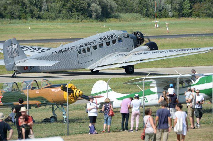 Nostalgie pur – Die Ju 52 auf dem Weg zum Rollfeld.