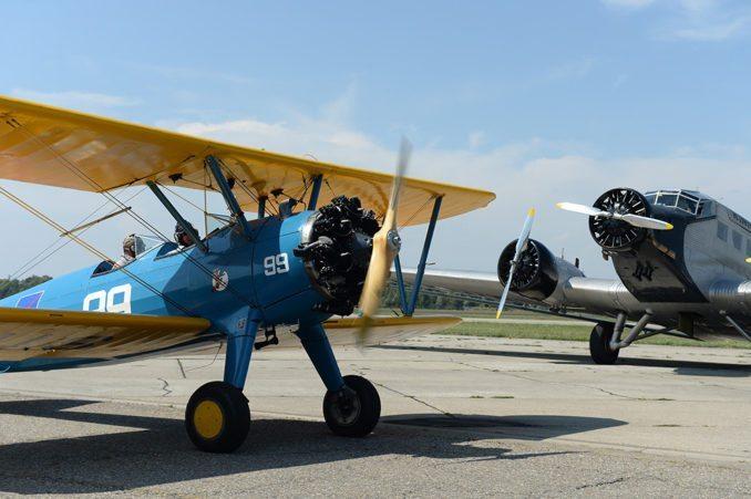 Das Rundflugprogramm lässt keine Wünsche offen. Der Doppeldecker Boeing Stearman rollt vor der Tante Ju zur Startbahn.