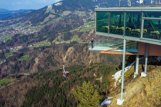 Die Karren-Kante bietet den Besuchern des Karren einen einmaligen Ausblick in luftiger Höhe.