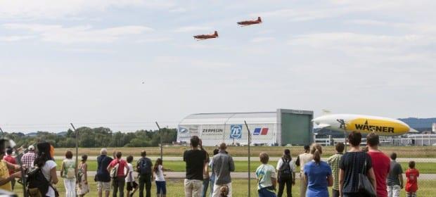 Flugshow über dem Zeppelinhangar
